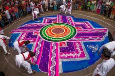 Spectacular Rangoli Designs Made from Naturally Colored Rice and Flour Pop Up in India Ancient Indian Art, Indian Folk Art, Art Indien, Rangoli Colours, Colored Rice, Kolam Rangoli, Peacock Rangoli, Indian Rangoli, National Geographic Travel