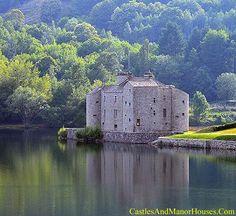 Castillo de Castanet Pourcharesses, Lozère, Francia. El territorio de Castanet tiene su origen en el nombre (castaño) en occitano. Es el árbol más común en el territorio. El castillo se encuentra al lado del lago de Villefort, un lago artificial creado detrás de una presa