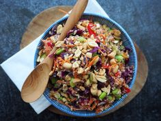 Thaise quinoa salade bomvol kleur Thai Recipes, Veggie Recipes, Healthy Recipes, Veggie Food, Kimchi, Kung Pao Chicken, Chana Masala, Pasta Salad, Foodies