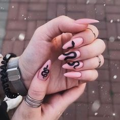 12 NAILS TO INSPIRE - Oie Beautiful. I love nails! haha So now I separated several inspirations for you! Aycrlic Nails, Glue On Nails, Manicures, Hair And Nails, Matte Stiletto Nails, Matte Nail Art, Black Nail Art, Black And Nude Nails, Black Manicure