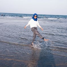 Image about beach hijab style in girls by mãhbø. Beach Ootd, Honeymoon Outfits, Girl Hijab, Hijab Outfit, Girls Vacation, Cool Girl Pictures, Hijab Fashion, Modest Fashion, Women's Fashion