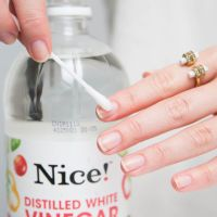 Is your gel mani growing out? Try a reverse glitter ombré look and these other tricks to keep your nails looking fab. Nails At Home, Manicure At Home, Nail Manicure, Nail Polish Hacks, Nail Tips, Nail Hacks, Minecraft Nails, Vaseline, Dry Nails
