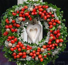 Ještě tu mám pro inspiraci jeden krásný věnec z šípků. Christmas Wreaths, Xmas, Holiday Decor, Home Decor, Felt Wreath, Crown Cake, Christmas Decor, Holiday Burlap Wreath, Weihnachten