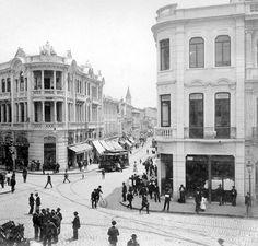 Rua 15 de Novembro (em frente) esquina com a Rua Direita (à esquerda), em direção à Praça Antônio Prado, em 1912.