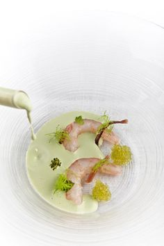 Gambas rotas preñadas con sopa fría de ajo verde por Ángel León http://kcy.me/1pu39