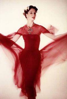 Suzy Parker in Chanel Dress, 1956 Glamour Vintage, Vestido Chanel Vintage, Red Fashion, Fashion Models, Chanel Fashion, High Fashion, Winter Fashion, Suzy Parker, Vintage Dresses