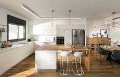 גם כפרי וגם נקי: עיצוב מיני פנטהאוז ברמת השרון | בניין ודיור Kitchen Redo, Kitchen Design, But First Coffee, Modern, Table, Furniture, Bathrooms, Kitchens, Home Decor