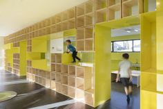 Gallery of English for Fun Flagship in Madrid / Lorena del Río + Iñaqui Carnicero - 8 School Architecture, Interior Architecture, Interior Design, Library Architecture, Education Architecture, Reggio Emilia, Wall Nook, Madrid, Kindergarten Design