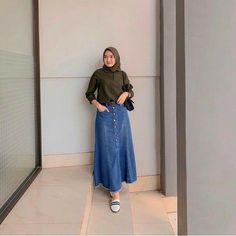 Rarra Jeans Skirt Matt : jeans tebal Size : All size fit L ( Saku di depan ) Colour : as picture . Format order Nama penerima Alamat lengkap No hp Pesanan ,kirim gambar. Long Skirt Fashion, Modest Fashion Hijab, Muslim Fashion, Modest Outfits, Simple Outfits, Fashion Wear, Denim Fashion, Casual Outfits, Fashion Outfits