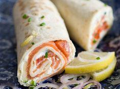 Wrap au saumon notre recette facile et rapide de Wrap au thon sur… Salmon Wrap Discover our quick and easy tuna wrap recipe on Cuisine Actuelle! Find the preparation steps, tips and advice for a successful dish. Salmon Wrap, Tuna Wrap, Clean Eating Snacks, Healthy Snacks, Healthy Recipes, Healthy Wraps, Wrap Recipes, Quick Recipes, Salad Wraps