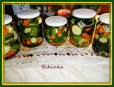 Dáme si vařit vodu se všemi ingrediencemi do láku do čistých vysterilizovaných sklenic, na dno dáme polovinu mrkve na kolečka, pepř, nové koření,...