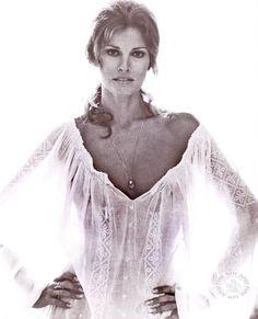 Raquel Welch (born September is an American actress, author and sex symbol . Early life Welch was born Jo Raq. Rachel Welch, Sophia Loren, Classic Beauty, Timeless Beauty, Timeless Fashion, Divas, Bridget Bardot, Jolie Photo, Mannequins