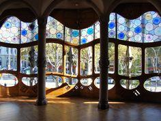 Cada cual merece escribir su historia en Barcelona. Y todas van a estar bien. Gaudi, Art Nouveau Arquitectura, Barcelona Catalonia, Blog Voyage, Valance Curtains, Arts And Crafts, Inspiration, Architecture, Decor