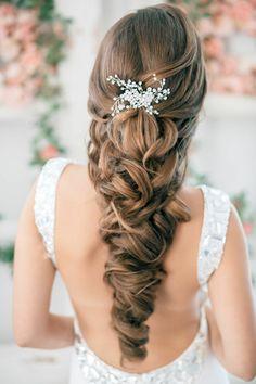klassische Hochzeitsfrisur für lange Haare mit Haarschmuck