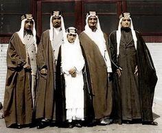 من اليمين الملك فهد ، الملك فيصل ، الامير محمد ، الامير عبد الله الفيصل وفي المقدمه الامير نواف بن عبد العزيز