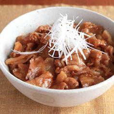 「タレが美味しいジューシー豚丼」の作り方を簡単で分かりやすい料理レシピ動画で紹介しています。甘いタレが豚バラ肉にたっぷり絡んだ、美味しい豚丼のレシピです。タレがごはんに染みて最後まで美味しい一品です。少ない食材で作ることができるように仕上げました。大人もお子さんにも喜ばれること間違いなし!ぜひお試しくださいね。 Japanese Food, Japanese Recipes, Chana Masala, Lunch, Beef, Meals, Chicken, Dinner, Cooking