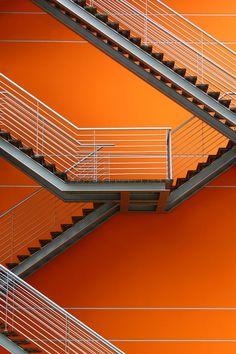 Mur orange + escarliers graphiques