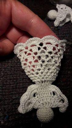 5 láncszemes körrel kezdem a fejét. - New Ideas Crochet Christmas Decorations, Crochet Ornaments, Christmas Crochet Patterns, Holiday Crochet, Crochet Snowflakes, Cute Crochet, Beautiful Crochet, Crochet Crafts, Crochet Dolls