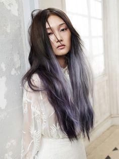 Was für eine coole Haarfarbe! Die Ombré-Optik von mattem Oliv am Ansatz zu…