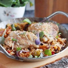 One pan dinner, delicious and juicy chicken and rice with sun dried tomatoes, olives and tomatoes! (in English and Polish)