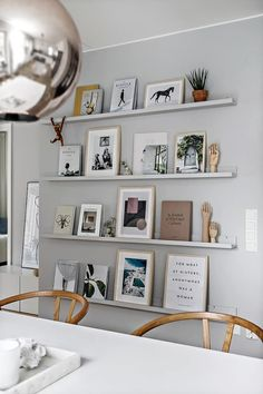 Ikea Living Room, Living Spaces, Home Cooler, Picture Shelves, Gallery Wall Shelves, Interior Architecture, Interior Design, Deco Addict, Wall Decor