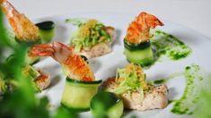 Zoet-zure salade van komkommer met lauwe kip, scampi kruiden gel