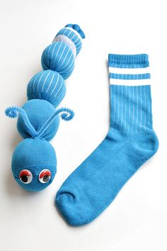 These no-sew sock worms are SO EASY to make and the kids love them! Or maybe theyre sock caterpillars? Either way, this is such a fun kids craft and its easy enough that the kids can actually make it Worm Crafts, Fun Crafts For Kids, Preschool Crafts, Projects For Kids, Diy For Kids, Cool Kids, Easy Crafts, Activities For Kids, Art Projects