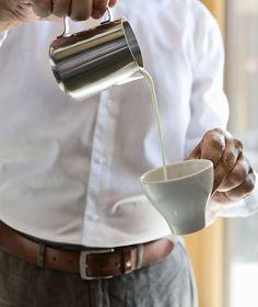 Barista-Workshops für Kaffee-Liebhaber // Barista workshop for coffee lovers Barista, Coffee Lovers, Workshop, Kitchen Appliances, Kaffee, Work Shop Garage, Diy Kitchen Appliances, Atelier, Home Appliances