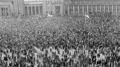 Rauhaa juhlittiin 30 000 ihmisen voimin toukokuussa 1945 Rautatientorilla Helsingissä. ---30 000 people celebrated peace  May 1945 in Helsinki Railway Square. ---