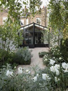 En dialogue entre traditionnel et contemporain, le studio Will Gamble Architects, a conçu cette extension d'une résidence dans le sud-ouest de Londres qui ajoute légèreté et ouverture au bâtiment existant.  Les propriétaires ont demandé une nouvelle cuisine et une salle à manger lumineuse avec une connexion physique au jardin, l'extension a été imaginée dans le style d'une maison de thé japonaise. La façade vitrée reprend le dessin des cloisons Shoji japonaises, le banc intérieur et… Decoracion Habitacion Ideas, Ideas Decoracion Cumpleaños, House Extension Design, Extension Designs, Indoor Garden, Outdoor Gardens, Architecture Restaurant, Japanese Tea House, House Ideas