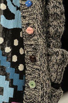 Love the idea of using different buttons Прелесть : цветные пуговицы на черно-белом пальто