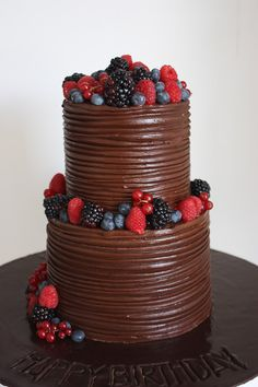 I think this would be good with French vanilla cake inside, then the milk chocolate frosting and then the berries. Then that way it's not too much chocolate. Pretty Cakes, Beautiful Cakes, Amazing Cakes, Cake Cookies, Cupcake Cakes, Super Cookies, Birthday Cakes For Men, Cake Birthday, Happy Birthday