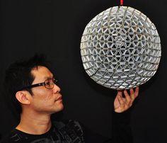 Una lampara reciclada con tetrabriks usando la técnica Snapology de Heinz Strobl