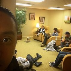 Linkin Park chillin before their concert Chester Bennington Tattoo, Joe Hahn, Rob Bourdon, Linkin Park Chester, Mike Shinoda, Nu Metal, No Name, Paramore, Cool Bands