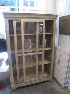 Velproportioneret antikt fransk vitrineskab, formentlig et gammelt butiksmøbel.Fremstår med to store skydelåger, flytbare hylder og en smuk grålig patina. Særdeles velegnet som et køkkenskab til service.  Mål: H 187 x B 130 x D 51 cm.