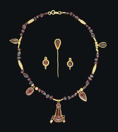 A SET OF ROMAN GOLD AND GARNET JEWELLERY - CIRCA 1ST-2ND CENTURY A.D.