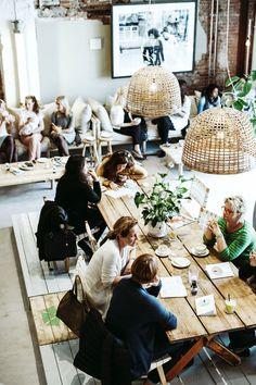 Restaurant & eetcafe inspiratie | lange eettafels & zitbanken voor verschillende activiteiten en gezelschappen | interieurinspiratie