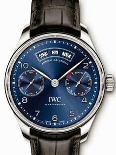 IWC 宣布了2015年SIHH的第二枚预热腕表 Portugieser Annual Calendar。  IWC 在这一枚年历表上依然保持了 Portugieser 系列的简洁风格,这是新表最值得称赞之处——月、日、星期窗在12点构成一个扇形,3点为动力存储,9点为小秒针,钢款采用蓝色拉丝表盘,玫瑰金版则为白色表盘。