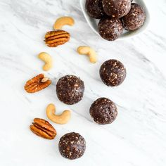 Chocolate Date Energy Balls Recipe! These healthy energy balls are made in 5 minutes with 8 ingredients and they taste brownie bites! Fruit Snacks, Healthy Snacks, Party Snacks, Healthy Bars, Healthy Deserts, Healthy Dinners, Paleo Energy Bites, Paleo Chocolate Brownies, Date Energy Balls