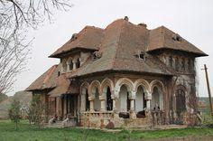 Monumente Uitate: Castele și conace revitalizate Beautiful Architecture, Beautiful Buildings, Beautiful Landscapes, Beautiful Homes, Abandoned Houses, Abandoned Places, Old Houses, Desert Places, Cabin Homes