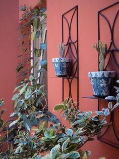 jardín con macetas con decoupage
