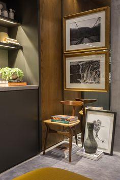 Composição: Cadeira, quadros, espelho, escultura, e livros.