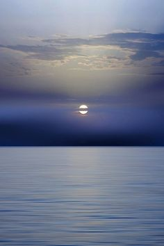 Moon Setting Over Ocean Beautiful Moon, Beautiful World, Beautiful Places, Beautiful Pictures, Peace Pictures, Simply Beautiful, Ligne D Horizon, Photos Voyages, Stars And Moon