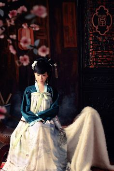I know the hanfu here isn't from the Qing era, but it still reminds me a bit of Meihua...