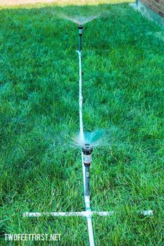 Here is a simple way to build a simple sprinkler above ground with PVC. This will help you water a larger area in a lot less time. Above Ground Sprinkler System, Water Sprinkler System, Backyard Projects, Outdoor Projects, Pvc Projects, Outdoor Ideas, Pvc Pipe Sprinkler, Outdoor Glider, Garden Sprinklers