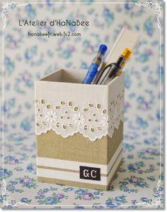Para utilizar como lapicero, para los pinceles de maquillaje etc... Love this pencil box.
