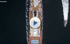 Majestuoso vídeo del barco mas moderno de la flota de Holland America Line. Asi se ve al Koningsdam en Amsterdam. Todo el proceso de salida del barco.