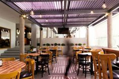 El restaurante se encuentra perfectamente situado en una zona comercial de la ciudad de Xalapa, el diseño se inspira en elementos decorativos originarios de los patios de las comunidades mejicanas antiguas, haciendo referencia al nombre de la marca, así como el conjunto de materiales empleados que proyectan un espacio acojedor y ameno.   #arquitectura #diseño #interior #interiorismo #reforma