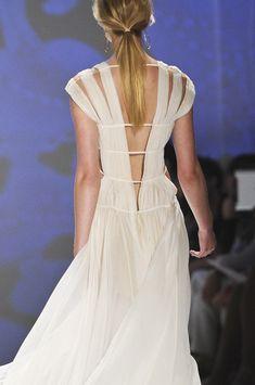 Interesante escote en espalda en que ns propone Tadashi Shoji en su colección 2013