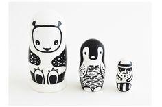 Säg hej till Pandan, Pingvinen och lilla tvättbjörnen! Det är nog det sötaste gänget jag sett på länge. Att de är målade i snyggt grafiskt svart/vitt är inte bara för att göra stilmedvetna vuxna nöjda. De första färgerna som små barn kan urskilja tydligt är just svart och vitt. Detta har amerikanska designern Surya Pinto och hennes man Dave som är lärare, tagit fasta på när de designar leksaker och barninredning som de vill ska vara både snygga och pedagogiska.Precis som de klassiska ...